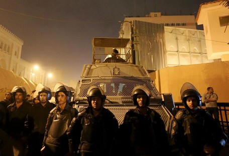 986918-riot-police-officers-stand-guard-in-front-of-the-cairo-security-directorate-in-egypt.jpg